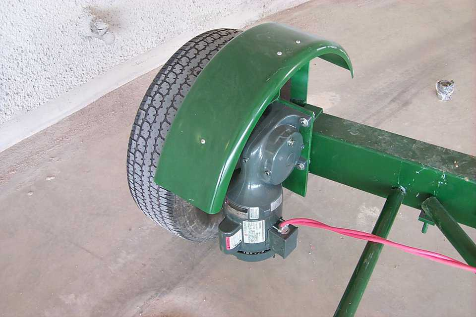 Drive Wheel — This is a picture of the drive wheel.  Its a single speed, forward and reverse motor, that provide a steady, strong, even pace while spraying material.  Its controlled by a hand held switch on a long cord so that it can be driven by either the operator of the scaffold, or the man on the floor watching hoses.
