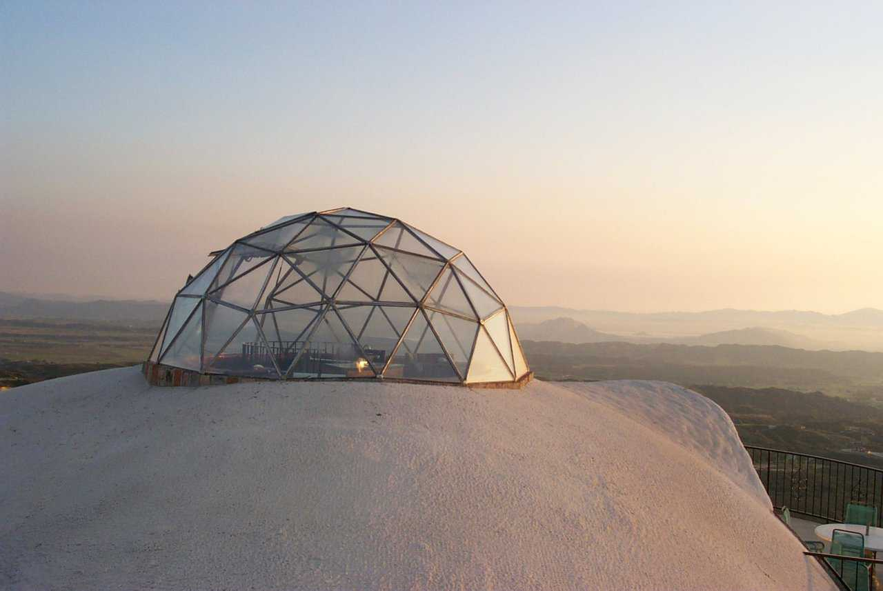 Geodesic Dome — A 15-foot diameter geodesic dome covers the Sky Lounge.
