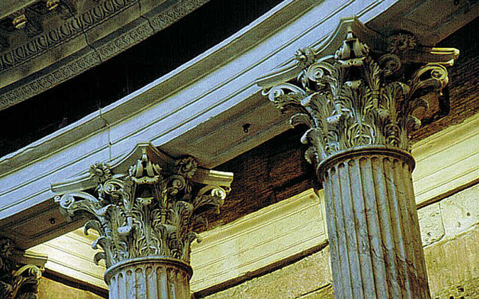 Elaborate crowns — Corinthian capitals crown the columns in the alcoves.