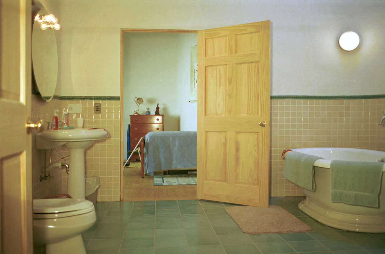 Large bathroom — It can be accessed from Meili's or the guest bedroom.