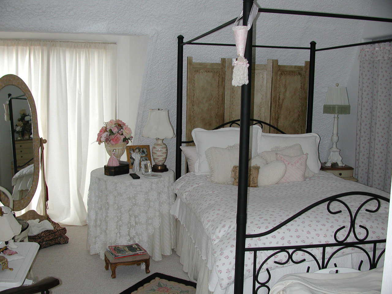 Victorian bedroom — It offers lots of light and a simple, clean design.