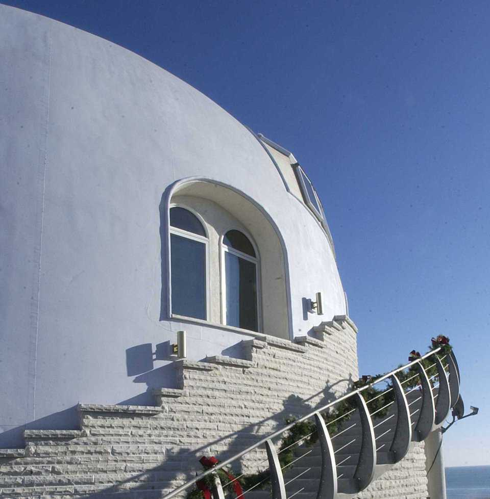 Outside Stairway — A curved, concrete stairway leads from the lowest level and ascends to the main living area. Limestone from a nearby quarry skirts the base of the dome.