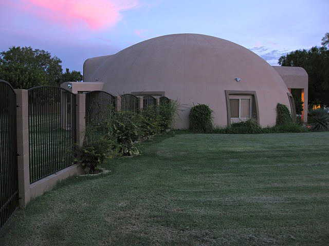 Dome on the outskirts of Mesa – Sitting on a spacious, residential lot, this dome has a diameter of 54 feet, a height of 23 feet and a living area of 2900 square feet.