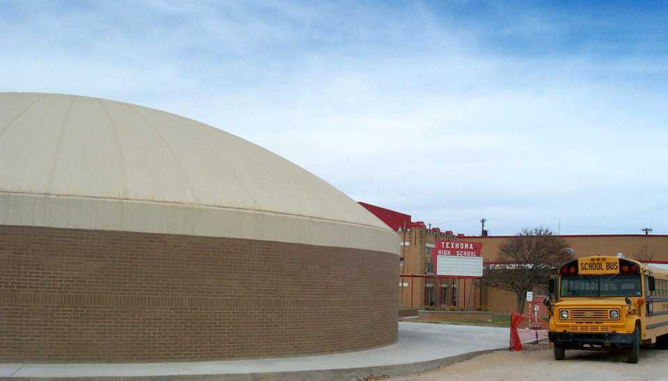 Monolithic Dome school building at Texhoma Independent School district shortly after construction.