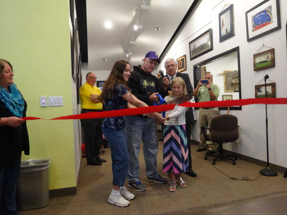 Mayor Steve Johnson and top readers cutting the ribbon